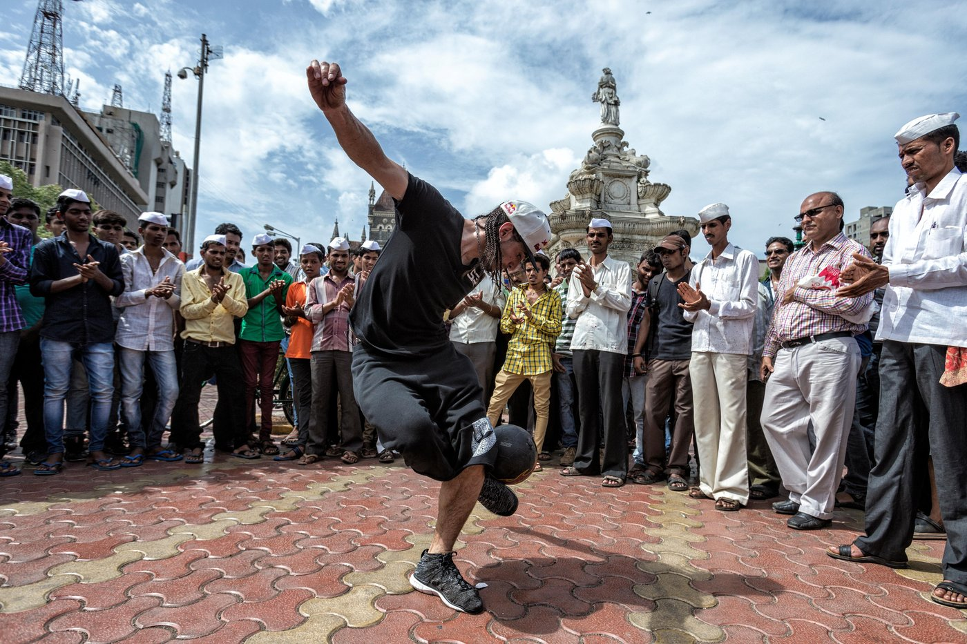 sean-garnier-does-freestyle-soccer-tricks-in-mumbai