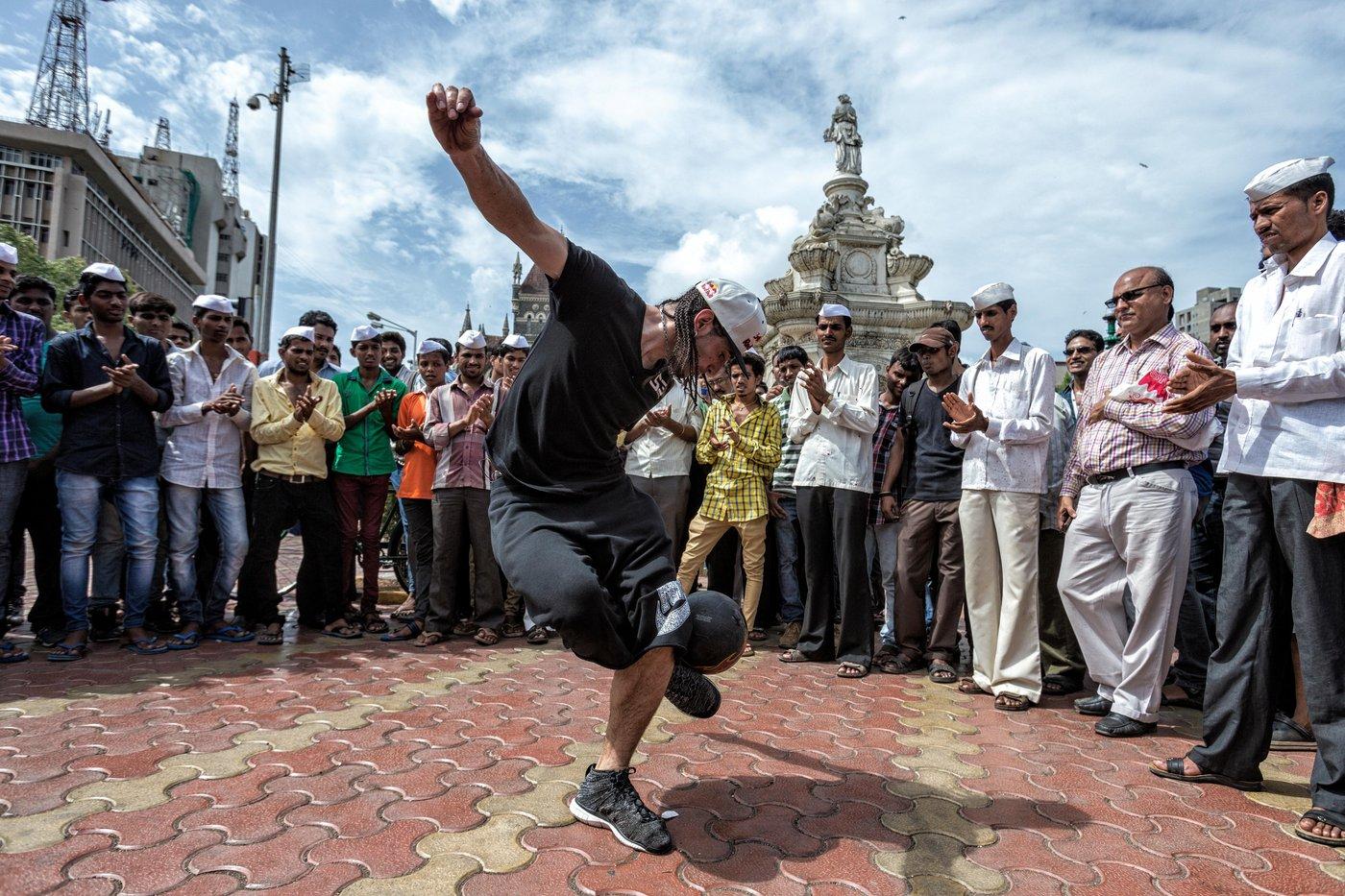 sean-garnier-does-freestyle-soccer-tricks-in-mumbai